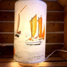 Lampe à poser sur socle en bois
